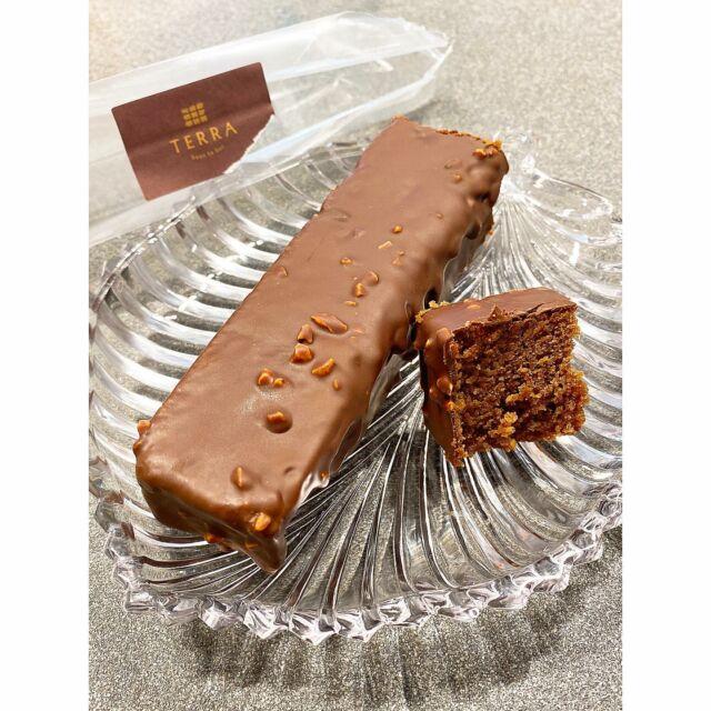 2021/06/20  #WFH 期間的甜點來源,幾乎都來自好友們的餵食🥺🙏🏻 . 🤎旅行者👉🏻#巧克力磅蛋糕  外層裹了層薄薄的黑巧克力,搭配綿密紮實蛋糕體 外脆內軟,散發著淡淡杏仁香,冰冰的吃甜度剛剛好 原本想說每餐飯後切一小塊當甜點,結果一餐就吃了半份😂 . #アーモンド粉#入りの#チョコパウンドケーキ #カカオ#濃厚で大人の味#冷やしたら#もっとおいしかった  #今度は店で#ゆっくり食べたい#チョコ好きと繋がりたい  .  🍫 #terra#beantobar#土然巧克力專門店#チョコ専門店  📍 台北市大安區溫州街7號 ⏰ 週一~週日 12:30~19:20 🚇 捷運台電大樓站2號出口徒步10分鐘